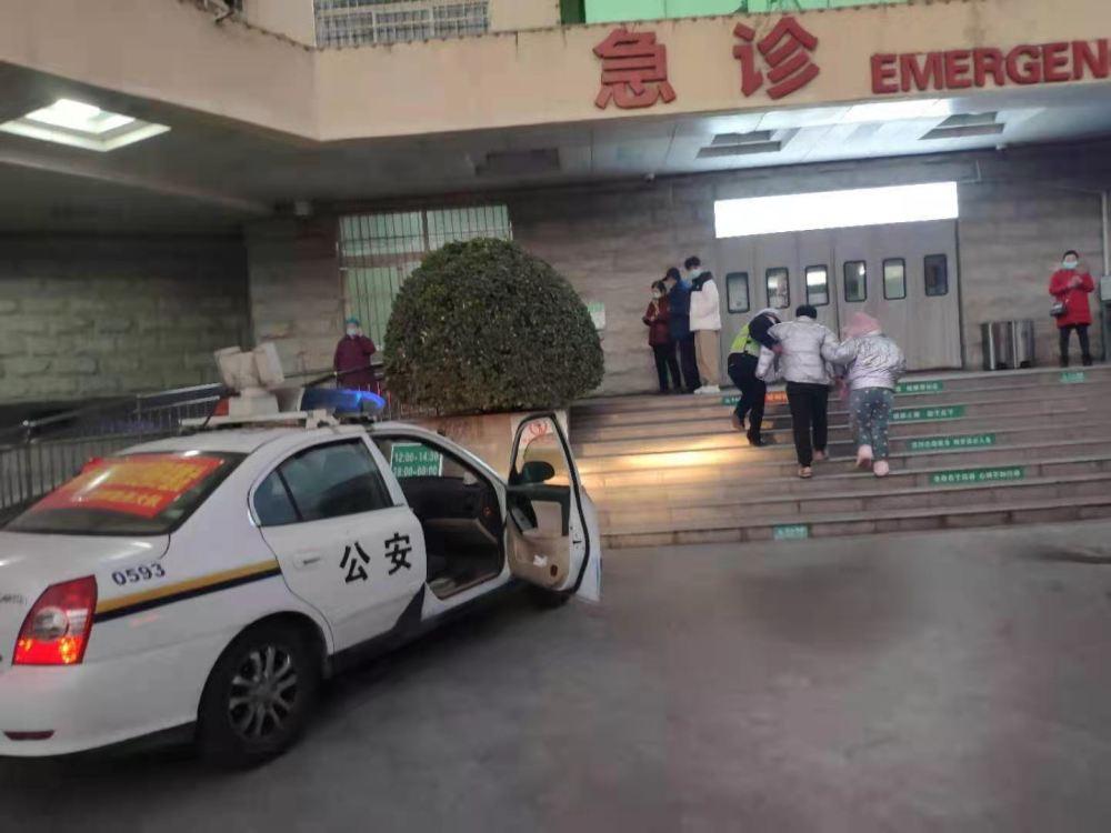 """受伤男子""""急""""求助,信阳平桥交警""""及""""送医"""