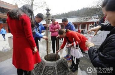 信阳一寺庙水井飘满钞票 游客直接打水喝(组图)